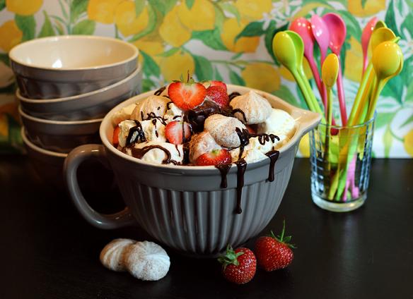 jordgubbar med marängsviss, marängsviss med jordgubbar, maränger, chokladsås